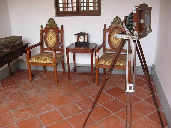 廂房中古色古香的家具和攝影腳架