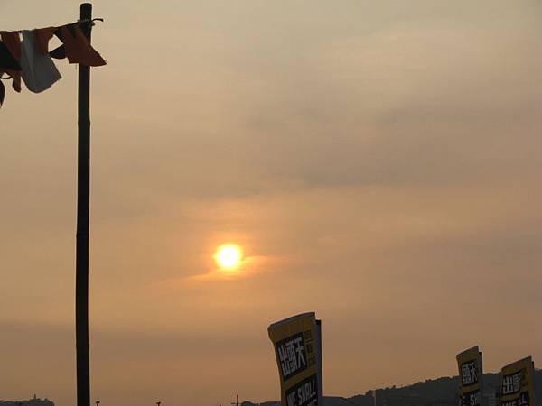 屋頂上那個舞台看著遠方漸漸落下的夕陽