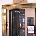 林百貨的指針式電梯盤和現代電梯
