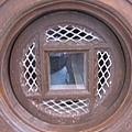 林百貨的電梯圓形採光窗(外向內)