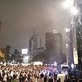 路過吳克群的演唱會,免費卻是高規格,必應製造的舞台、換裝、直播、LED大字報、升降台… 很久沒有巧遇這種等級的演唱會了 #下雨