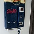 新開的咖啡店外的神秘電話。 #還是對講機? #滿200外送