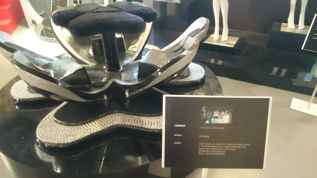 SHE心型咖啡杯椅,也是 FREE'S 舞台團隊設計的。