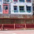 駁二腳踏車道圍起輕軌的工地圍籬