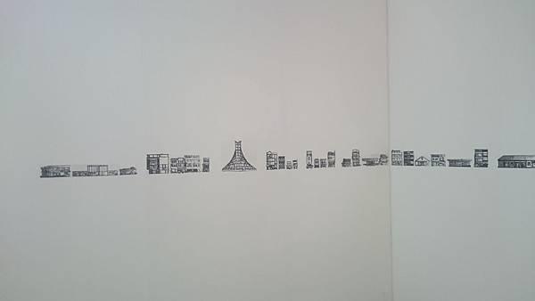 駁二當代館裡的展覽:高雄的建築物用圓點灰階貼紙表現