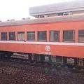 南州站內的 30ES 32577 橘色車廂