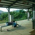 崁頂車站等車的學生