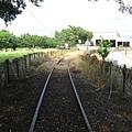 南州糖廠內少數新穎仍在使用的軌道,通往遠方看來是修理廠的地方