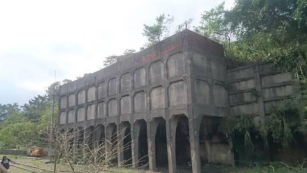 菁桐車站另一側的大型煤礦相關建物