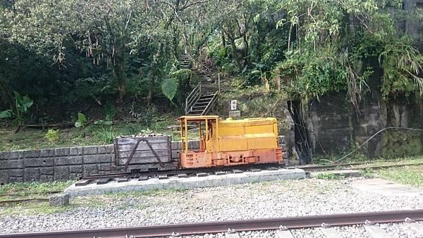 菁桐車站遠處陳列的火車頭,從菁桐街上一個沒有圍籬的缺角拍攝