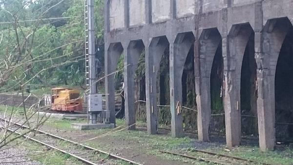 菁桐車站遠處陳列的火車頭