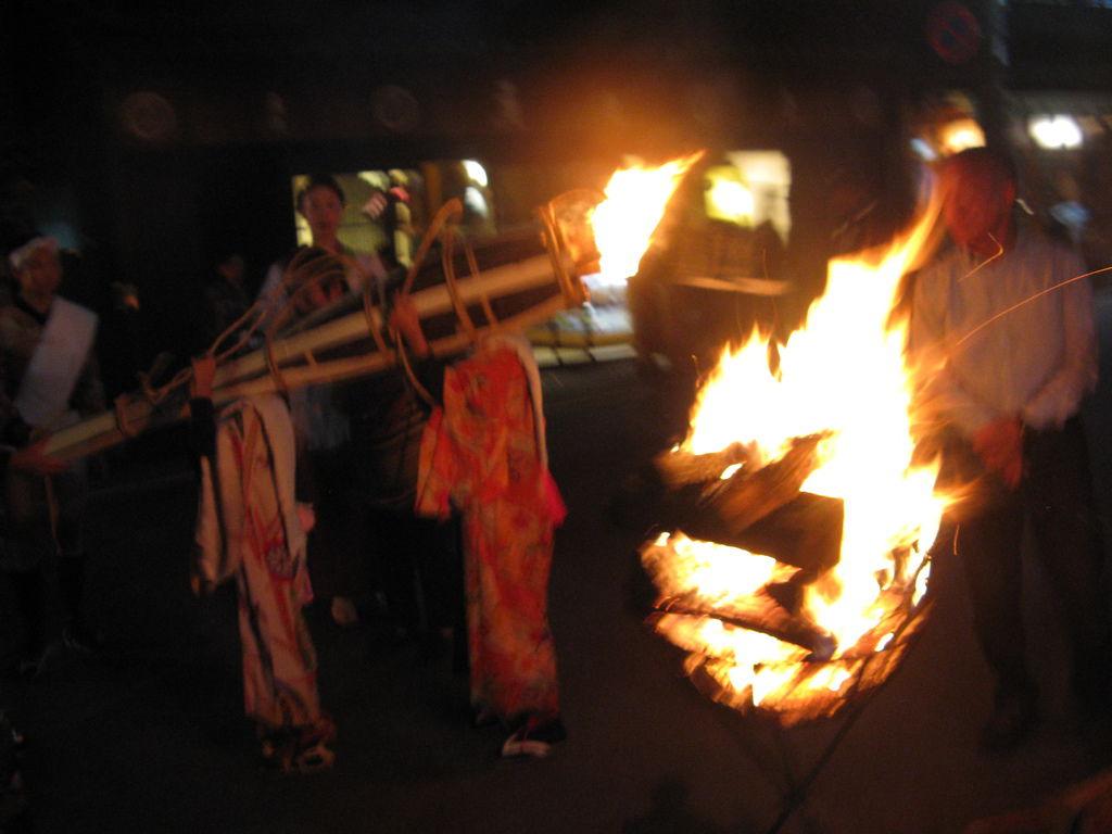 通過街上的松明和架在路旁的火堆