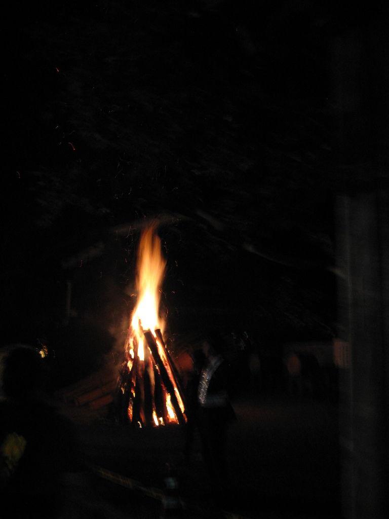 堆在路旁空地上的火堆