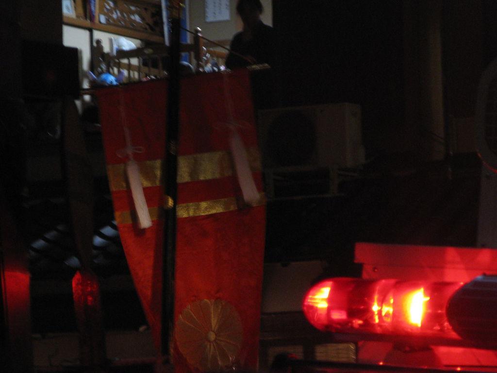 看不清楚的紅色旗幟通過主街道中