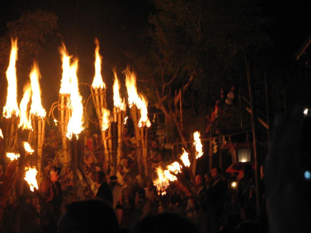 遠方神社的階梯上著火的松明十分顯眼