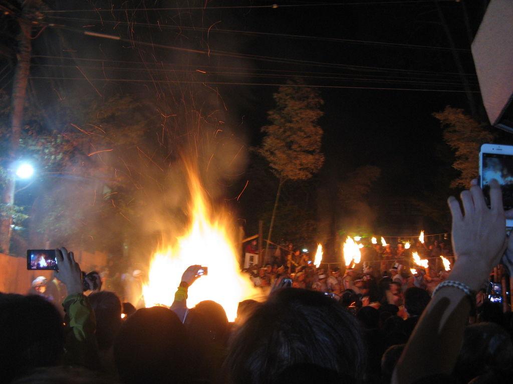 已經將松明投入火堆的人們一邊搖擺著,一邊拍手喊著「サイレイヤサイリョウー」
