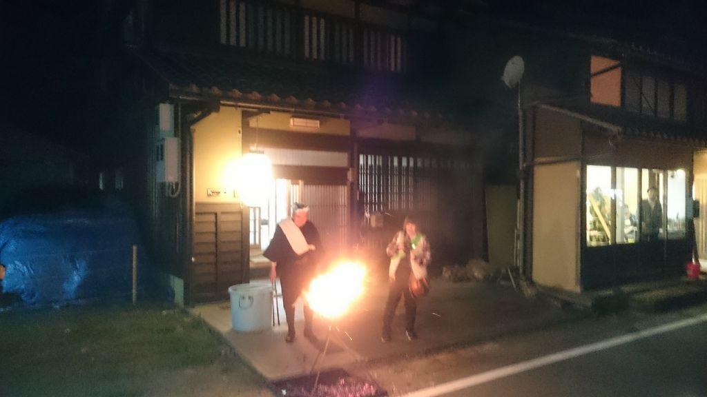 堆在民宅前方的火堆