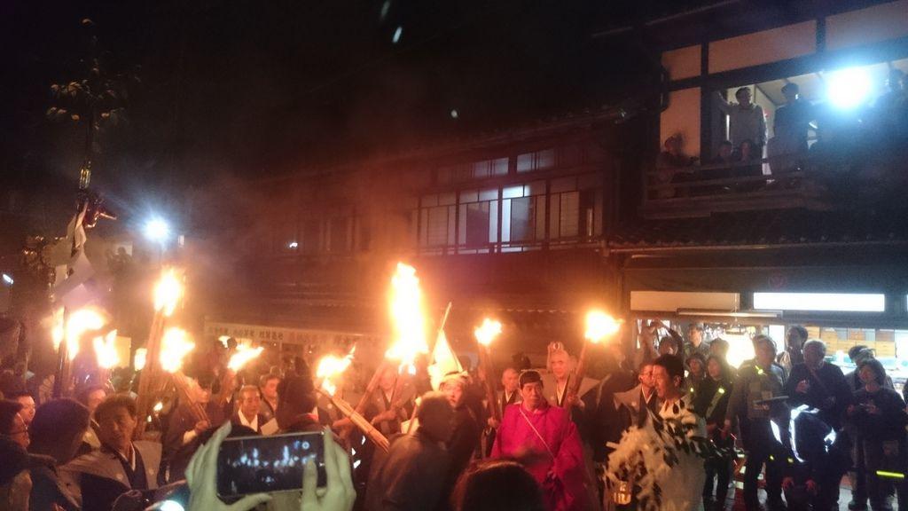 一群人前進然後又後退著,進行著儀式的某個部份