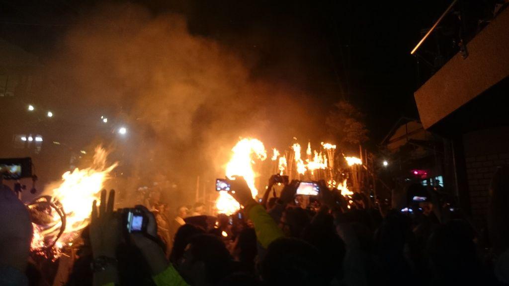 著火的松明陸續往神社方向移動