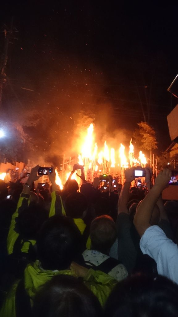 著火到一定程度的松明就會被放入火堆中燃燒掉
