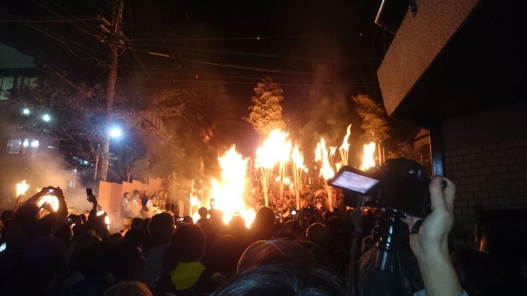 松明火堆的火勢十分猛烈,在燃燒的過程中還傳出一種很特別的味道。