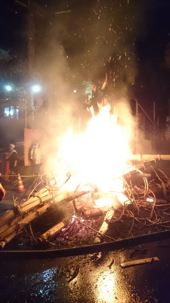 經過消防隊噴水後的火堆