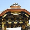 二条城唐門上代表皇室的菊紋(實際上下面是代表徳川的葵紋)