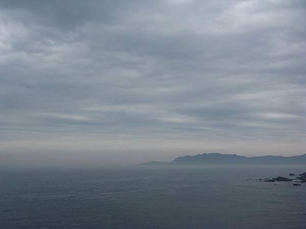 從鼻頭角步道燈塔線遠望 2