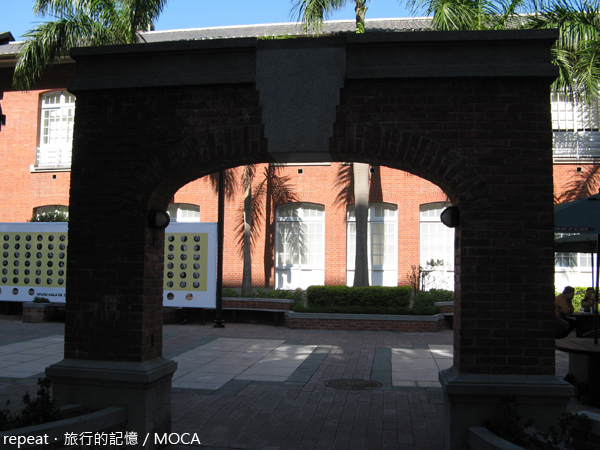 MOCA前的拱門?
