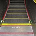 西湖站的電扶梯竟然有紅綠燈…