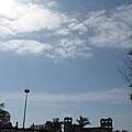 到了車站天氣晴朗多了