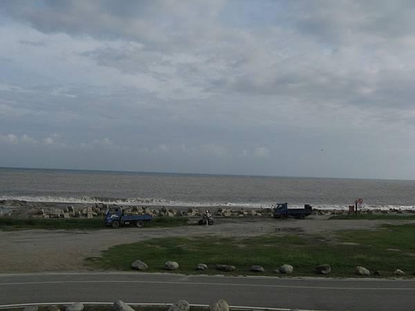 岸邊還在施工