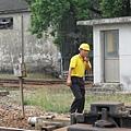 平交道前正在做確認的台鐵人員
