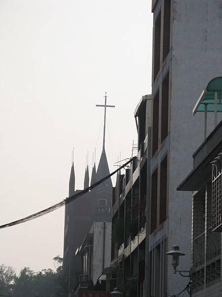 教堂週圍有奇怪的尖銳物