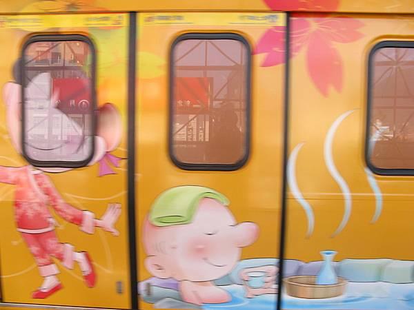 依照地上的候車線彩繪的車廂