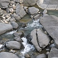 瀑布落下後形成的湍急水流