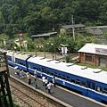 俯拍郵輪式列車(左)