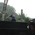 工作人員在煤水車上作業中…