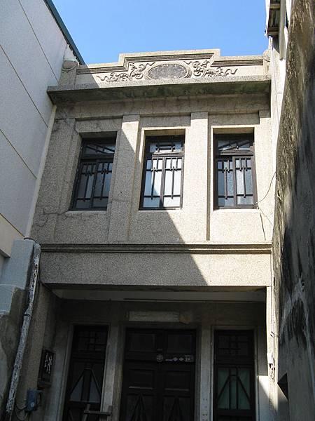 夾在建物中間的老建築