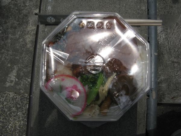 中餐: 台中餐廳送過來的便當,十分搶手…
