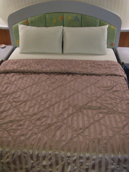飯店簡單的雙人床