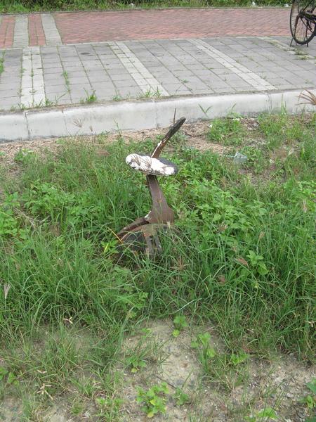 也湮沒在草叢中的道岔設備