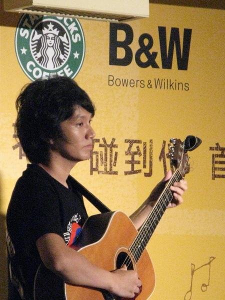 雙吉他時的另一位吉他手盧家宏老師