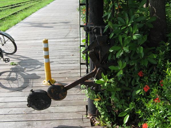 臂木式號誌機的下方因為有突出的鐵塊,所以在腳踏車道上做了警示椎