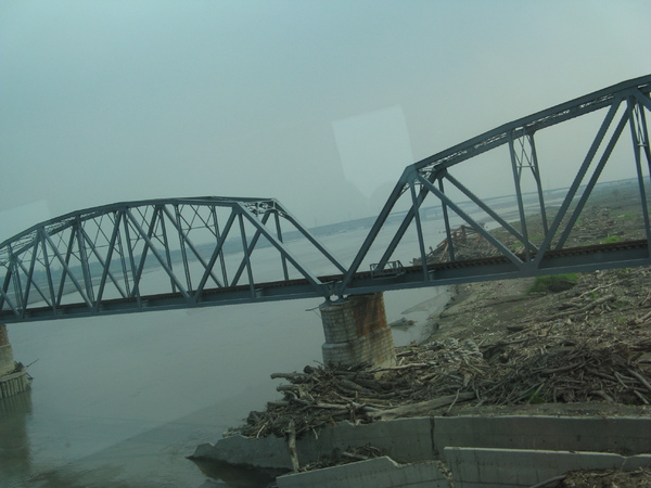 舊鐵橋和舊鐵橋下的殘破