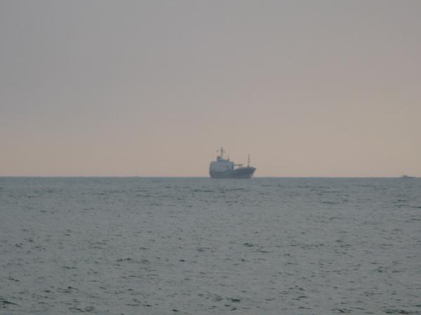 西子灣外的船正在入港