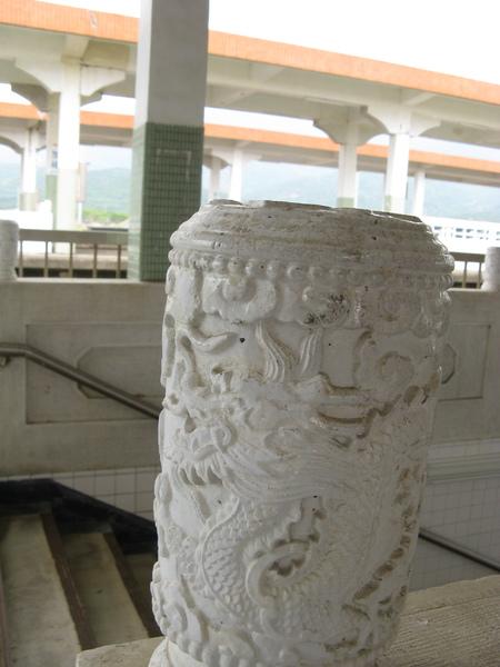 地下道旁的柱子雕工很細