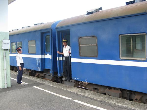 到達古莊站,在月台上替普快和列車長、站長留影