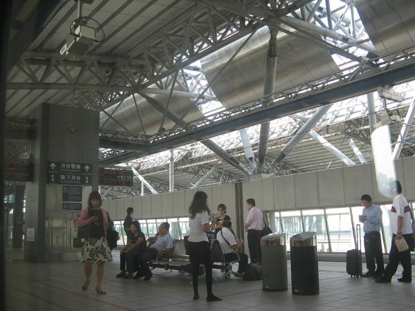台中站月台上等待的旅客
