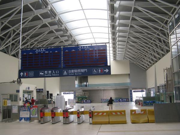 新烏日站售票處都是臨時的,電子時刻表也還沒啟用